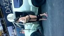 cachonda se desnuda en la calle