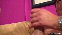 Glueckspilz mit Monster Schwanz darf zwei MILFs ficken Vorschaubild