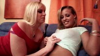Busty MILF Cameron Keys and young blonde love licking each other's cunt on the sofa Vorschaubild