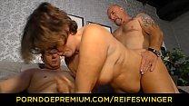 REIFE SWINGER - Chubby German granny sucks and fucks two cocks in naughty threesome Vorschaubild