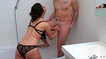 Image: Il se fait sucer par sa belle mere avant de la baiser dans la baignoire