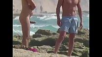 Mão amiga na praia