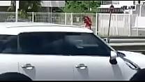 femme nue sur le bor de la route en gwada