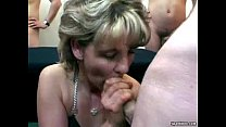 Granny cleans up cum from hot blonde babe Vorschaubild