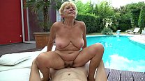 Granny fucks next to a pool Vorschaubild