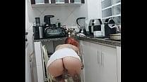 A Safada Rachell Miranda limpando a cozinha de sainha sem calcinha