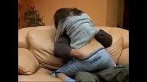Pareja follando en el sofa por el culo