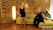 curvy blonde ge ts her muff eaten on the couch en on the couch