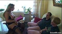 Mutter fickt ueberredet zwei Freunde der Tochter zum Ficken preview image