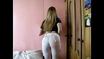 chilena moviendo el culo en pantalon blanco