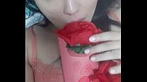 Mimi metendo uma rosa no seu cu