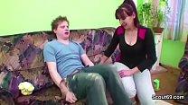 18jaehriger Milchbubi fickt seine Stief-Mutter beim Putzen Vorschaubild