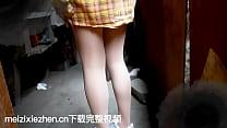 小迪丽热巴城中村玩自己的脚