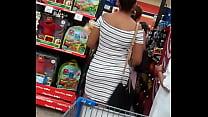 Madura pagando en un centro comercial con su h.