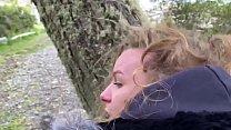 J'ai envie de baiser alors mon homme m'attrape en face d'un glacier pendant une visite صورة