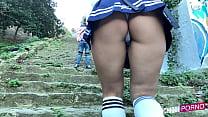 Colegiala grabada por debajo de la falda