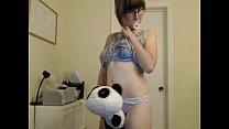 милая девчонка мигает на веб-камеру в прямом эфире