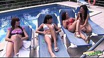 Las chicas hacen guarradas en la piscina Thumbnail