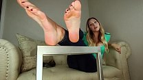 Classic girl next door shows off her hot feet with long toes - DamnCam.net