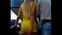 edecan con vestido amarillo