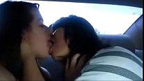 Chicas besándose en un auto