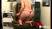 Amateur MILF Gives Her Pussy A Good Fucking