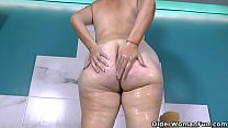 Latina BBW Karina sure knows how to enjoy a hot bath