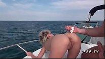 Jeune et jolie blonde babe francaise baisee sur un bateau en mer