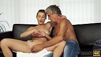 DADDY4K. Un garçon surprend une copine chic en train de le tromper avec son beau père