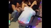 Hai thằng đụ chung em tiếp viên Karaoke ôm - Ng...