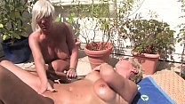 Free Version - This horny blonde granny licks her pussy to the housekeeper on the balcony Vorschaubild