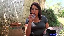 Jessica, aide soignante coquine, se dévergonde et baise en extérieur