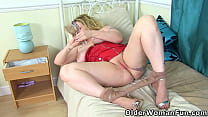 Busty mature Summer Angel Lee gets horny in tights
