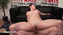 Sexy rouquine prise en double penetration pour son casting porno amateur صورة