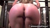 Una amante del fitness nuda fa stiramenti in palestra, squat e leg press