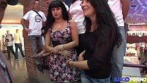 Deux belles salopes latina se font défoncer devant une foule de voyeurs