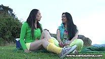 Video porno lésbico de dos maduras en el campamento thumbnail
