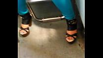 2 - hermosa chica del metro en zapatillas exhibiendo super escote preview image