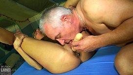 Andreas macht die Karin nass - da macht das Ficken doppelt Spaß