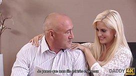 DADDY4K. La blonde excit&eacute_e veut essayer quelqu'_un de plus exp&eacute_riment&eacute_
