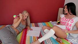Lesbian M&eacute_nage &agrave_ Trois