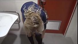 Im Kaufhaus ins Waschbecken gepisst!