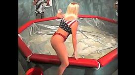 Dana vs Leyla in a pool of Shampoo