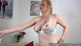 Mature milf Kaylea dildos her lubed pussy