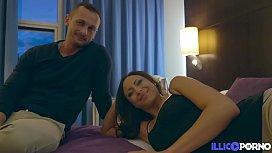 Cassie brunette gourmande bais&eacute_e par son mari Dorian