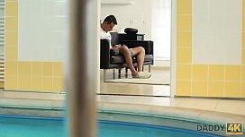 DADDY4K. Sesso con pap&agrave_ dopo la piscina