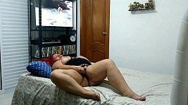 Vendo Filme Porn&ocirc_ e Tocando uma Siririca