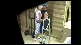 Rico pete de una madura mientras trabajan FULL: http://swarife.com/14110917/birdbox