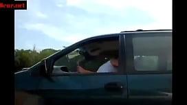 il la baise en conduisant sur autoroute