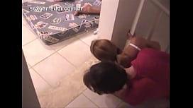 Amigos bêbados se aproximam sorrateiramente para filmar casal fodendo depois de festa